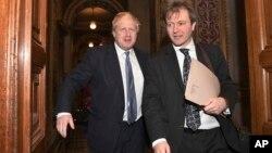 Menlu Inggris Boris Johnson (kiri) bersama Richard Ratcliffe, suami dari warga Inggris yang ditahan Iran Nazanin Zaghari-Ratcliffe, di London (foto: dok). Johnson berkunjung ke Iran untuk membahas pembebasan Nazanin Zaghari-Ratcliffe.