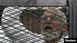 Müslüman Kardeşler'in lideri Muhammed Bedii duruşması sırasında mahkeme heyetine bağırırken