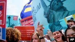 示威者聚集在美国最高法院外抗议最高法院维持川普总统的旅行禁令。(2018年6月26日)