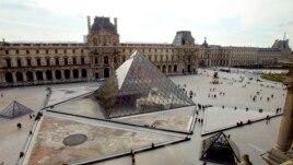 Una mujer que ahora está detenida burló la seguridad del museo Louvre en París.
