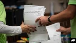 Punonjësit zgjedhorë duke menaxhuar votat në Kenosha, Uiskonsin