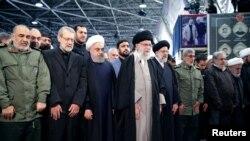Верховный лидер Ирана Хаменеи и президент страны Рухани на траурной церемонии по поводу гибели генерала Сулеймани