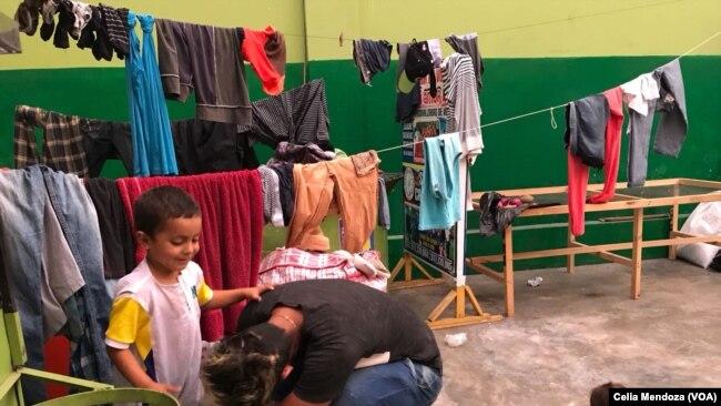 Familias de inmigrantes venezolanos han encontrado un lugar donde vivir en Lima, Perú, gracias a la buena disposición del negociante peruano René Cabaña.
