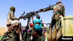 Des forces armées patrouillent à Tabit village au nord du Darfuur, le 20 novembre 2014.