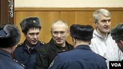 Mikhail Khodorkovsky di dalam ruang pengadilan di Moskow, 27 Desember 2010.