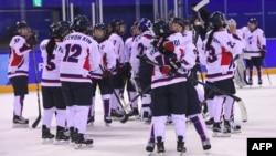 남북 여자 아이스하키 단일팀 선수들이 20일 강릉 관동하키센터에서 스웨덴과의 마지막 경기를 마친 후 서로 격려하고 있다.