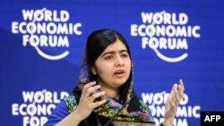 Le prix nobel de la Paix Malala Yousafzai lors de son discours au Forum économique mondial à Davos, le 25 janvier 2018.