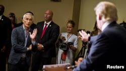 El presentador de Univisión, Jorge Ramos, confronta en un diálogo tenso al candidato Donald Trump.