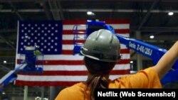"""Salah satu adegan film dokumentar, """"American Factory"""" produksi Netflix."""