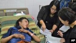 Para penyidik kepolisian Hong Kong menanyai Erwiana Sulistyaningsih (kiri) yang menurut pengakuannya disiksa oleh majikannya di Hong Kong dan kini dirawat di rumah sakit Sragen, Jawa Tengah (foto: dok).