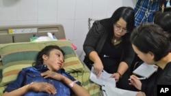 Erwiana Sulistyaningsih diwawancara oleh penyelidik polisi Hong Kong di sebuah rumah sakit di Sragen, Jawa Tengah (21/1). (Foto: Kapolri)