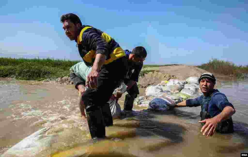 مردم گمیشان در استان گلستان تلاش می کنند راه ورود سیلاب به زمین های کشاورزی را ببندند.