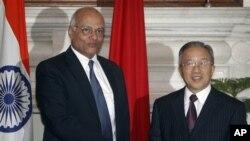 국경회담에 참석한 중국의 다이빙궈 외교담당 국무위원(우)과 인도의 시브샨카르 메논 국가안보보좌관(좌)