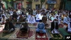Warga melakukan salat Idul Fitri di Kabul, Afghanistan hari Minggu (24/5) setelah pemerintah dan kelompok Taliban menyetujui gencatan senjata 3 hari.