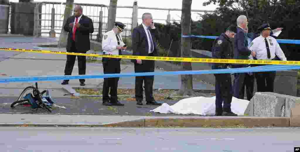 Manhattan ShootingLas autoridades investigan la escena alrededor de un cuerpo cubierto debajo de una sábana blanca junto a una bicicleta destrozada a lo largo de un carril de bicis. Martes 31 de octubre de 2017, Nueva York.