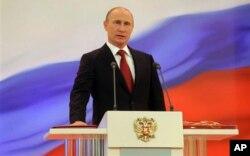 អតីតនាយករដ្ឋមន្រ្តី Vladimir Putin នៃប្រទេសរុស្ស៊ី ស្បថចូលកាន់តំណែងជាប្រធានាធិបតីរបស់រុស្ស៊ី។