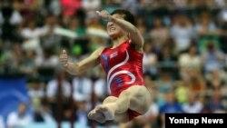 10일 오후 러시아 카잔 짐네스틱스 센터 경기장에서 열린 2013 하계 유니버시아드 기계체조 여자 도마 결승에 참가한 북한 홍은정이 연기를 펼치고 있다.