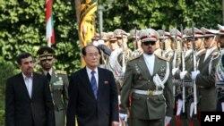 비동맹운동 정상회의에 참석한 김영남(우측) 북한 최고인민회의 상임위원회 위원장을 영접하는 마무드 아마디네자드 이란 대통령