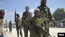 Un niño soldado hace ejercicios militares con el grupo islámico al-Shabab.
