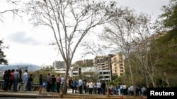 La Embajada estadounidense en Caracas advirtió que los servicios limitados que continuará ofreciendo incluirán largas esperas hasta que haya personal diplomático suficiente.