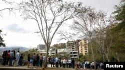 صف متقاضیان ویزا در مقابل ساختمان سفارت آمریکا در کاراکاس، پایتخت ونزوئلا - مارس ۲۰۱۵