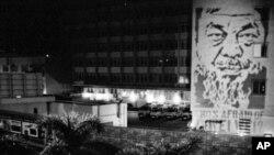香港艺术家将艾未未头像投射到警署大楼