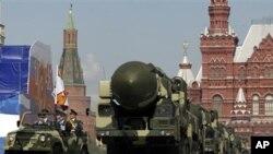 俄罗斯2009年5月在莫斯科红场上展示它的洲际导弹