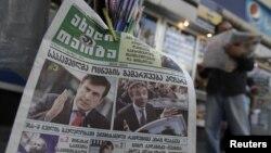 На фото в газете: Михаил Саакашвили и Бидзина Иванишвили