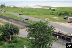 政府从8月中旬开始修围墙,包围白虎头村