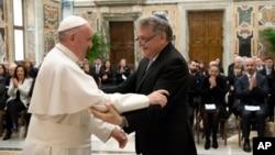 教宗方济各2017年2月23日在梵蒂冈欢迎到访的阿根廷犹太教教士亚伯拉罕·斯科尔卡。