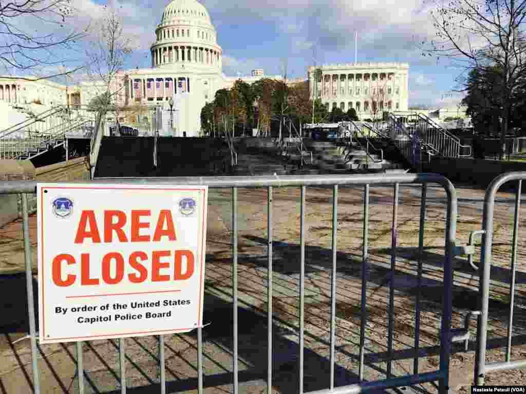 Tout le périmètre est sécurisé autour du Congrès, à Washington DC, le 18 janvier 2017. (VOA/Nastasia Peteuil)