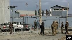 Pasukan keamanan Afghanistan dan AS mengamankan lokasi serangan bunuh diri di Kabul, Senin (13/10).