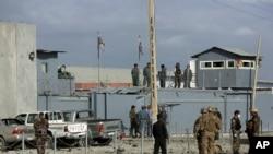Pasukan keamanan AS dan Afghanistan memeriksa lokasi serangan bom di Kabul, Afghanistan (Foto: dok).