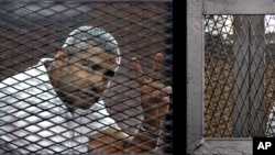 테러단체를 지지한 혐의로 이집트에 수감돼 있는 모함메드 파미 알자지라 방송 기자. (자료사진)