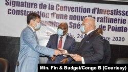 Les ministres congolais Thystère Tchicaya, Gilbert Mokoki, Calixte Nganongo et le représentant de Yonghon Li, Sen Shao lors de la signature de l'accord pour la construction d'une nouvelle raffinerie de brut au Congo, le 24 novembre 2020 (Congo/Ministère des Finances et du Budget)