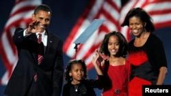 میشل اوباما در شب انتخابات ۲۰۰۸ رنگ لباسش را با لباسهای دو دخترش ساشا و مالیا جور کرده بود