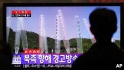 Seorang warga tengah menyaksikan berita aksi penembakan di perbatasan Korea Utara dan Selatan, menyusul peluncuran balon propaganda di wilayah tersebut (10/10), yang ditayangkan di televisi di stasiun kereta Seoul, Korea Selatan (Foto: dok).