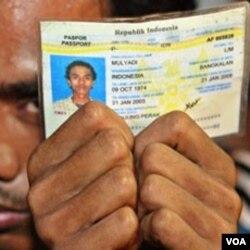 Seorang TKI Indonesia menunjukkan kartu identitasnya saat digerebek oleh pihak imigrasi setempat. Pemerintah kini meminta agar para TKI ini dapat memegang selain kartu identitas, juga paspor mereka.