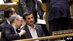 Махмуд Ахмадинежад (справа) и посол Ирана в ООН Мохаммад Хазаи в зале заседаний в штаб-квартире ООН в Нью-Йорке. 22 сентября 2011 г.