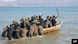 Ким Чен Ын (в центре) инспектирует воинскую часть, дислоцированную вблизи южнокорейской границы.