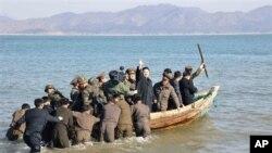 北韓公佈金正恩在今年3月視察南北韓邊境一處防禦設施