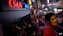 2017年10月31日香港民众头戴面具在兰桂坊庆祝万圣节。