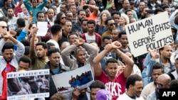 Ribuan migran Afrika memprotes rencana Israel untuk mendeportasi mereka dengan melakukan aksi di depan Kedutaan Rwanda di Israel, Rabu (7/2).