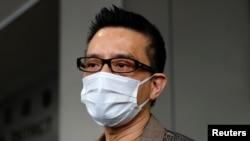 支持民主運動的香港歌星黃耀明2021年8月5日離開香港東區裁判法院 (路透社照片)