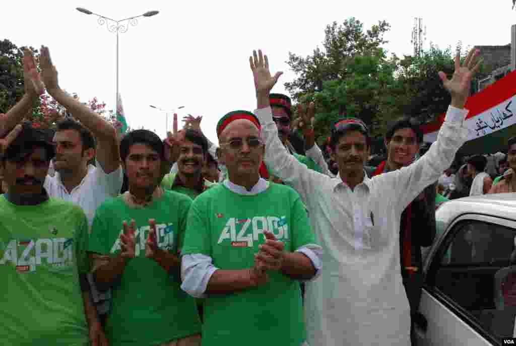 عمران خان کی جماعت تحریک انصاف کے کارکنان صوبہ خیبر پختونخواہ سے ٹولیوں کی شکل میں اسلام آباد میں موجود ہیں۔