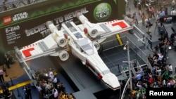 Kreasi Lego terbesar di dunia, yang meniru bentuk pesawat Star Wars X-wing dipamerkan di New York, 2013. (Reuters/Shannon Stapleton)