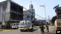 Polisi penyelidik dan tentara berada di sekitar lokasi pemboman di luar gereja Katedral Roman Katholik , Jolo, Provinsi Sulu, Filipina, 27 Januari 2019. (Foto: dok).