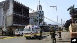 27일 폭탄 테러가 발생한 필리핀 술루주 홀로섬의 성당 밖에서 경찰들이 경계 근무를 서고 있다.
