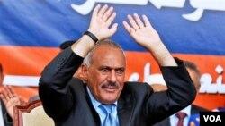 Presiden Ali Abdullah Saleh melambaikan tangan ke arah para pendukungnya dalam sebuah rapat umum di stadion sepakbola Sana'a, Yaman, Kamis (10/3).