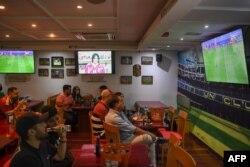 کرونا کے باعث گراؤنڈ میں تماشائیوں کے داخلے پر پابندی کی وجہ سے لاکھوں شائقین نے اپنی ٹی وی اسکرینوں پر میچ دیکھا۔